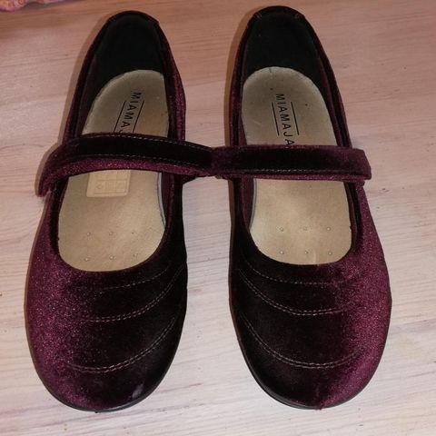 Unisa sko str 37, røde semsket. Brukt én gang, kr 350
