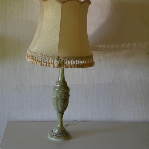 Bordlampe; Kurant lampefot i støpt messing med plisseskjerm