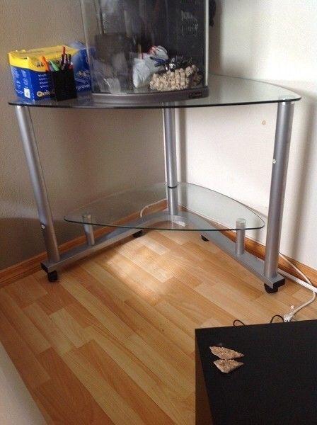 Glass PC bord - Nesttun  - Hjørne PC bord I glass. 60x105, høyde 67 cm. I god stand og på hjul. - Nesttun