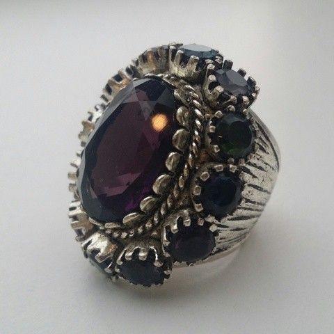 Ring fra Jade Jagger for Indiska - Oslo  - Ring fra Jade Jagger for Indiska Nydelig ring fra Jade Jagger for Indiska. Ringen har en stor lilla stein i midten og rund er det 12 små steiner i forskjellige farger. Ringen er ubrukt. Ny pris var 200,- kroner. Størrelse: Small Kommer fra et r