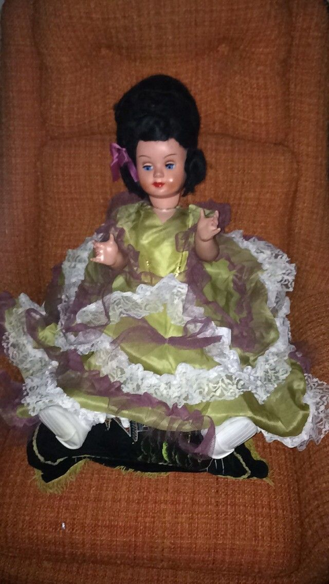 Gammel dukke,bamse og bil. - Oslo  - Selger dukke fra 50/60-tallet. Lukker øynene når den ligger. I god stand. Kr. 500,-. Lekebil fra 50-tallet. Hardplast. Ca. 85cm. Noe sprukket i plasten. Kr. 150,-. - Oslo