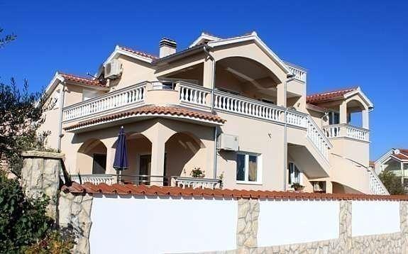Villa m/hage og 3 separate boenheter fra 20 til 113 m2 har vi også til leie. Perfekt for storfamilien, eller man kan leie hver for seg, fra 1 til 10 personer + eventuelt barnesenger. 4 par er også en fin kombinasjon.