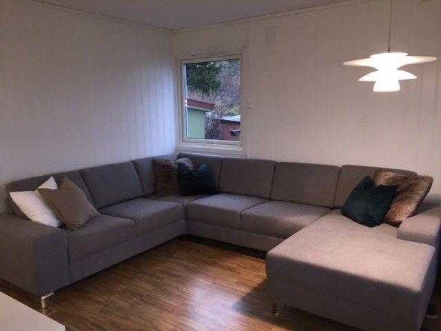 Alabama Hjørnesofa - Malvik  - Fin og stor sofa selges da den ikke fikk plass i vår nye bolig.   Navn: Alabama Farge: Lys grå Dybde: 247 cm Bredde: 315 cm Høyde: 84 cm   Ta kontakt hvis du lurer på noe - Malvik