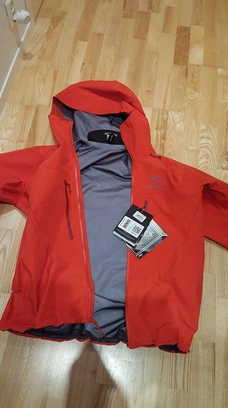 Arcteryx Alpha SV Herre Large Cardinal 2017 modell - Stavanger  - Helt ny Arcteryx Alpha SV Herre Large, farge Cardinal til salgs. Lapper henger fortsatt på jakken. Jakken er helt ny, men er desverre for stor for meg. Ny pris 6999kr, selges for 5500kr eller mer. Første mann til møl - Stavanger