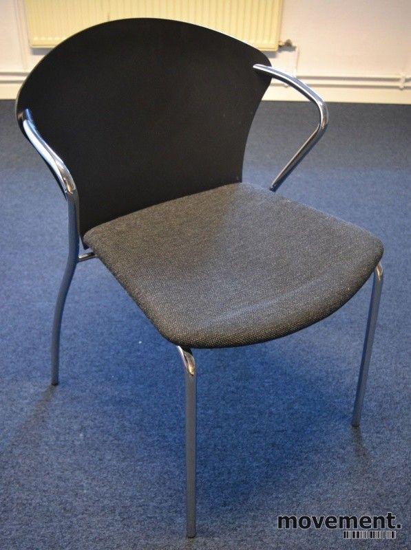 4 stk Konferansestol i sort med sete i koksgrått stoff fra