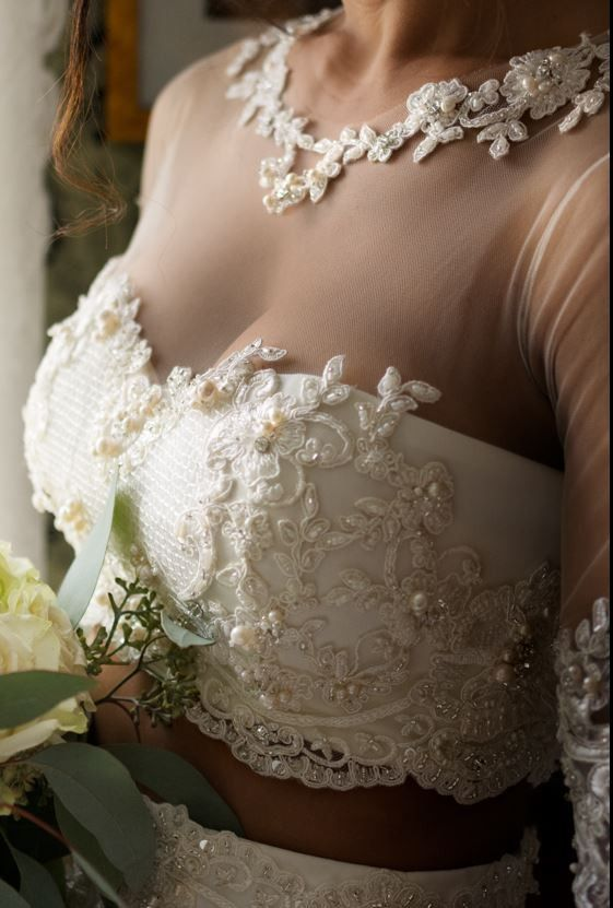 52af6e11 Nydelig todelt brudekjole med masse flotte detaljer på topp og øverst på  skjørt | FINN.no