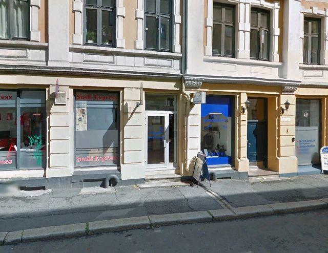 """Lokalet har inngangsparti og flott stort vindu ut mot publikum. Lokalet er i dag utleid til """"Oslo skredderstue"""""""