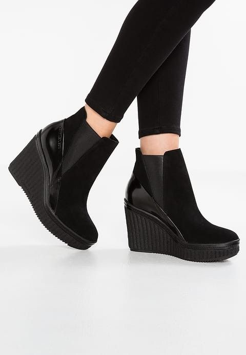 800a38851 Calvin Klein Sasha Suede sko str 39 med platå i forfoten og kilehæl ...