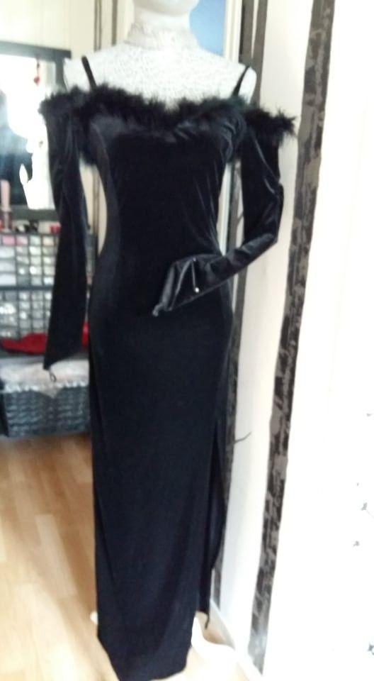 Sort fotsid velour kjole med syntetisk pelskant ( fjær ) str