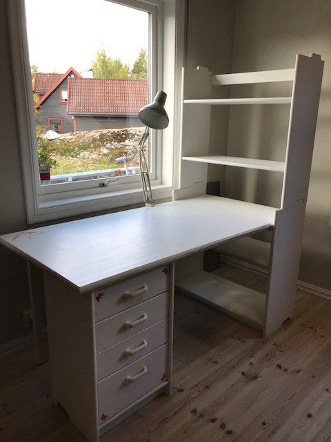 BBB skrivebord med hylle og skuffeseksjon | FINN.no