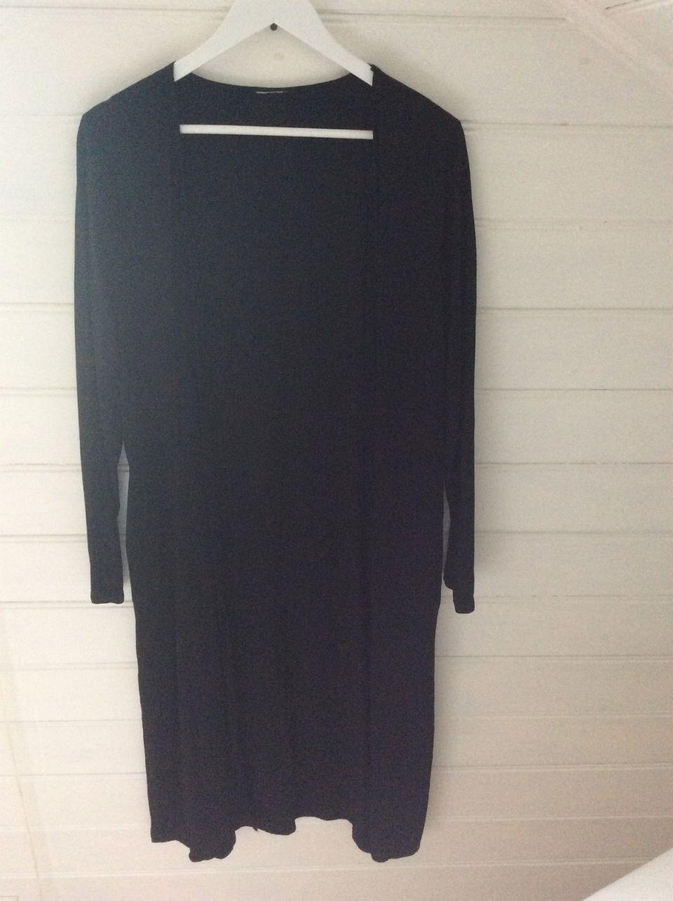 dec678b3 Klassisk lang jakke / trenchcoat / kåpe i sort / svart | FINN.no