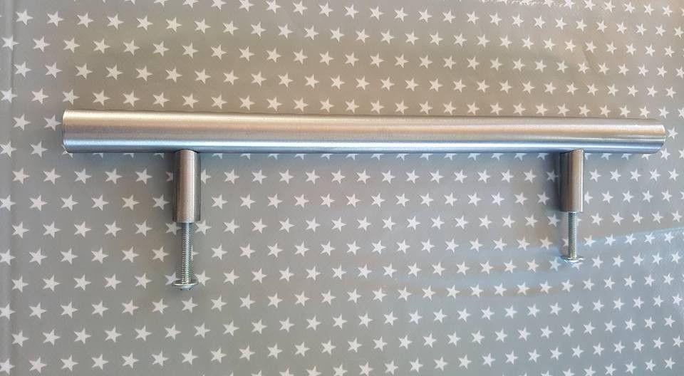 28 stk. Lansa håndtak fra Ikea 245 mm. - Rolvsøy  - 28 stk. Lansa kjøkken håndtak i rustfritt stål selges samlet kr. 300,-  Enkeltvis kr. 15,- De selges fremdeles på Ikea i 2 pk. for 59,-  Lengde: 245 mm Bredde: 13 mm Dybde: 41 mm Bordiamet - Rolvsøy