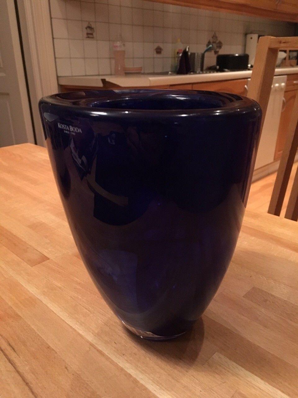 Kosta Boda vase og telysestaker - Skien  - Kosta Boda Blå vase 18,5 cm høy og 15 cm diameter. 3,6 kg 2 stk telysholdere - Skien