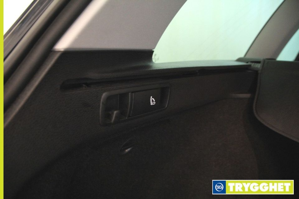Knagg for å henge handleposene på og knapp for nedfelling av baksetene fra bagasjerommet. smart løsning.