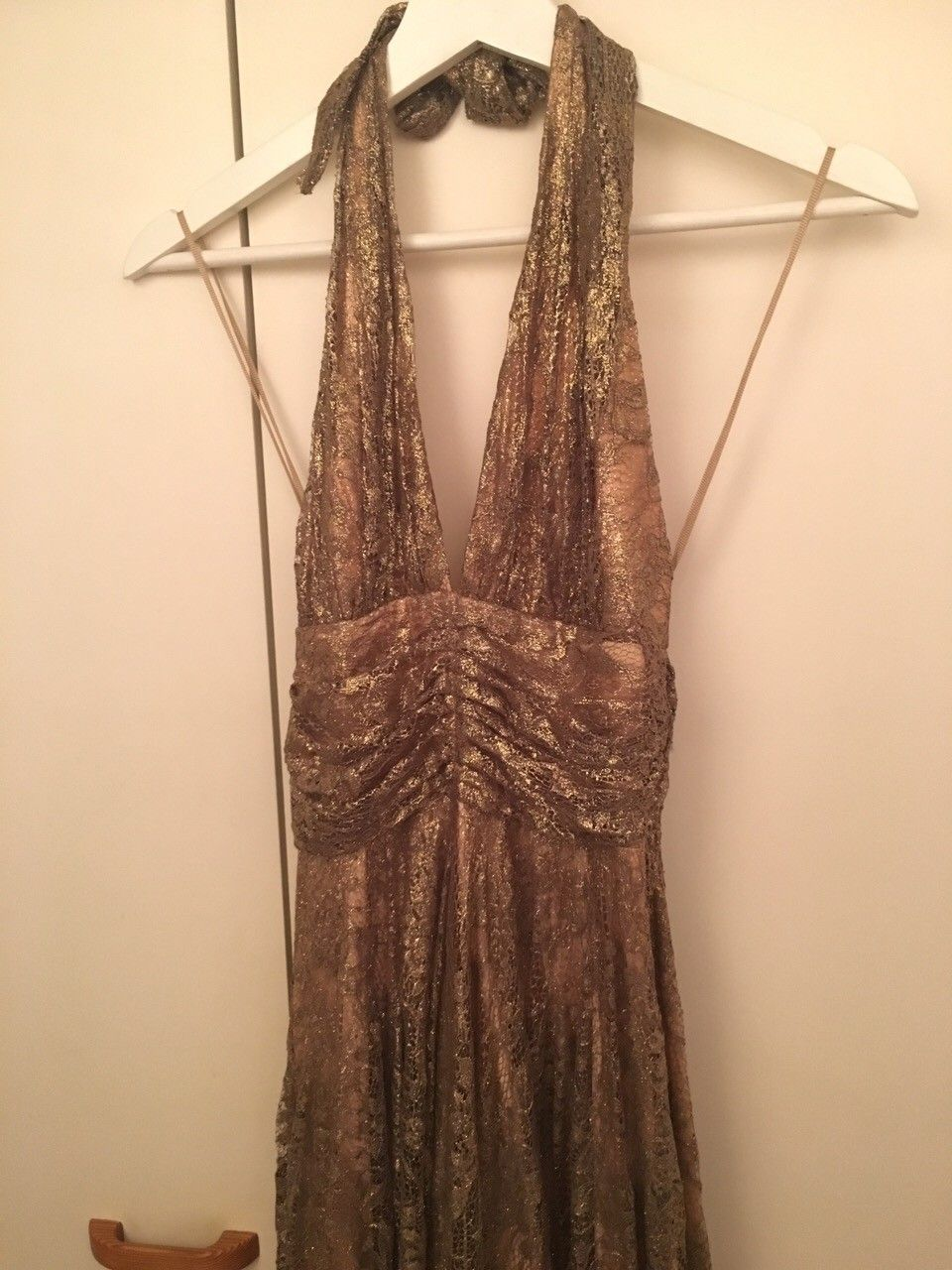 Nydelig gullkjole - Oslo  - Jeg selger en flott kjole i gull stoff og underskjørt, den passer fint til ball eller flottere fest, kjolen er vakker og har en antikk stil, klassisk. Halterneck med glidelås i ryggen.    - Oslo