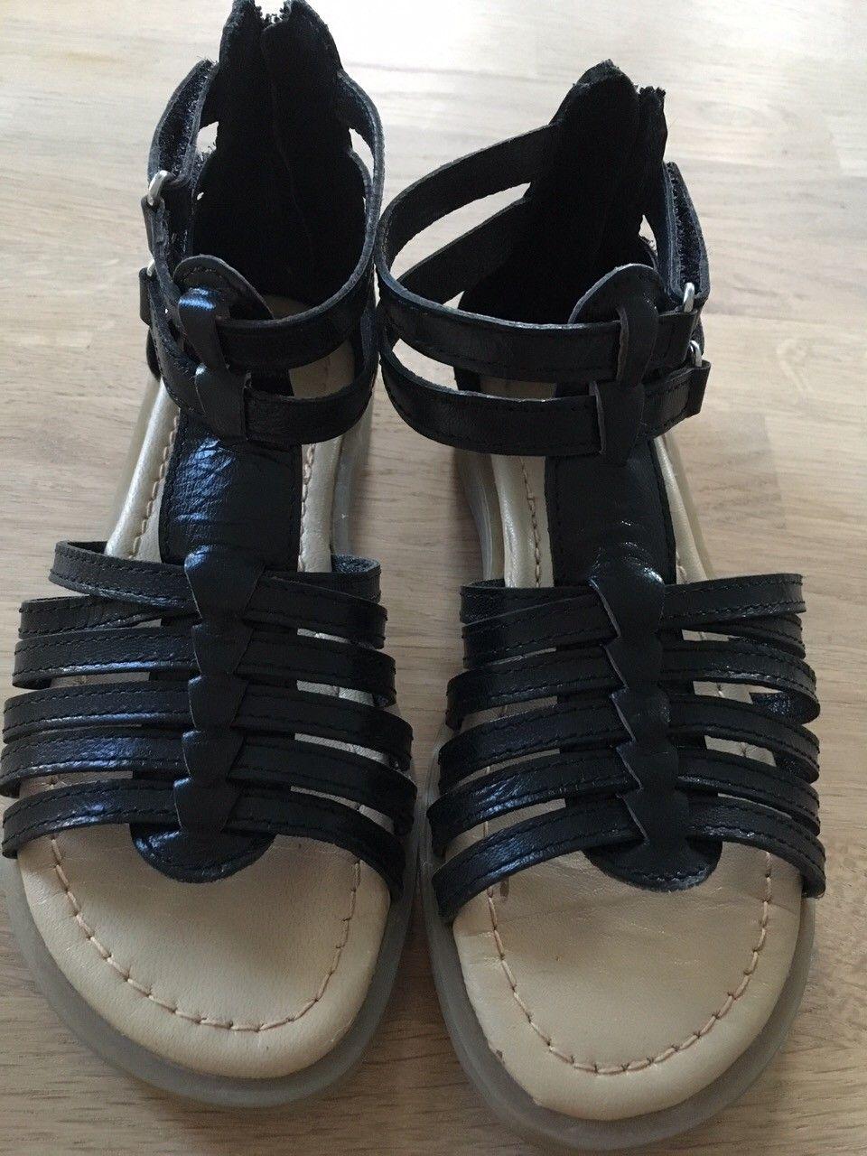Sandal str 30 - Tiller  - Sort sandal str 30, fra Falkanger. Nesten ikke brukt, ser ut som nye. Borrelås-lukking på siden, i tillegg til glidelås-lukking bak. Kan sendes mot at kjøper betaler porto. - Tiller