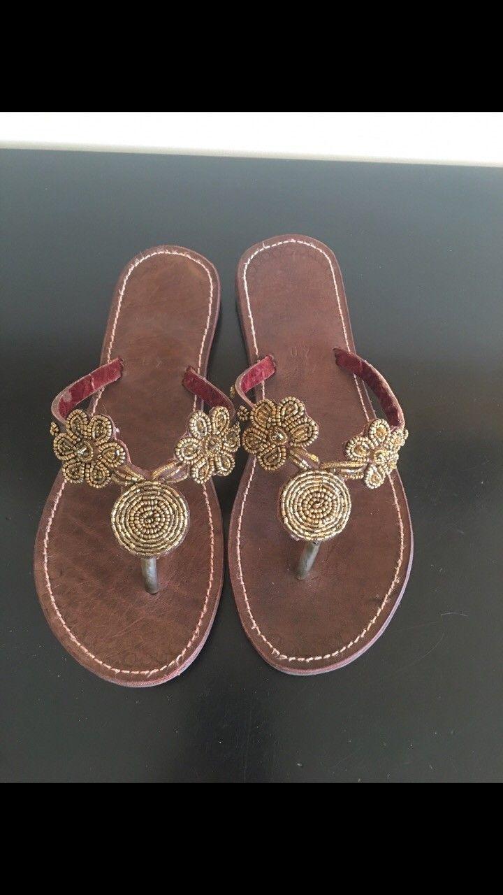 Sandal skinn str. 40 - Drammen  - Sandal skinn str.40. Helt nye ingen skader eller merker. Lekker dekor i gull på sandalen. Gummisåle under. Kostet nye ca. 500.- - Drammen