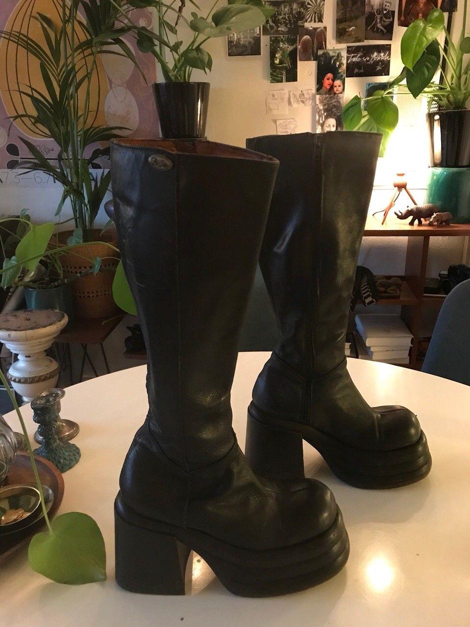 Støvler - Oslo  - Buffalo boots med platåsåle. Veldig lite brukt, fint skinn, str 36. Et «samleobjekt» fra 90-tallet. # goth - Oslo