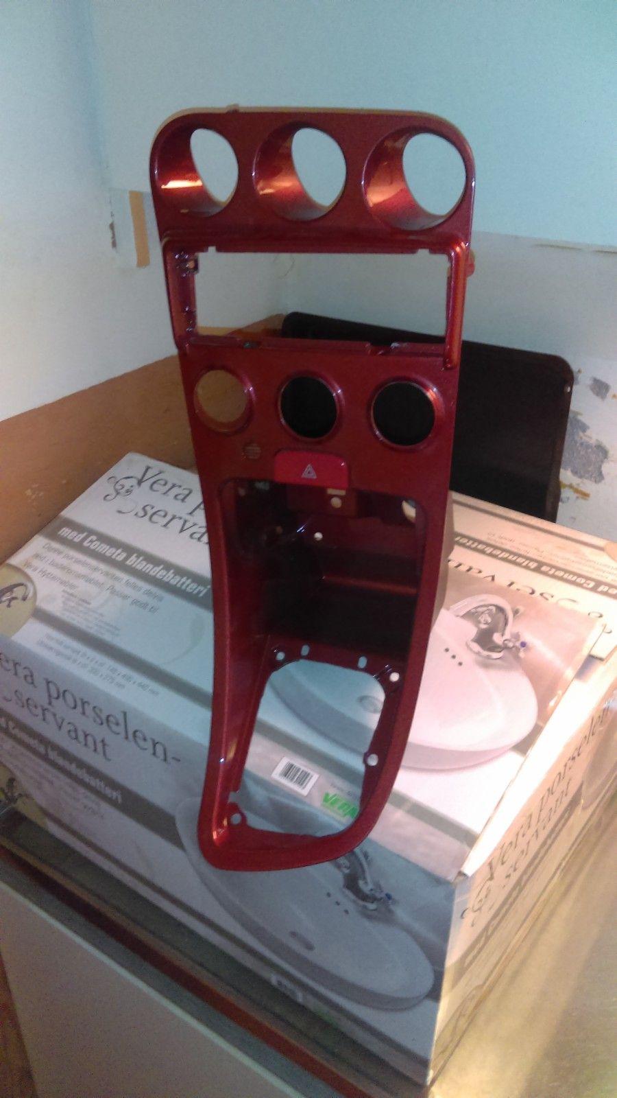 Konsoll til Alfa Romeo 156 første generasjon. - Roa  - Hei,selger en konsoll til Alfa Romeo 156. Lakkert i fargekode: Rosso Proteo. Selges kr. 250,- eller bud. Tlf. 95156957. Mvh. Lars Erik. - Roa