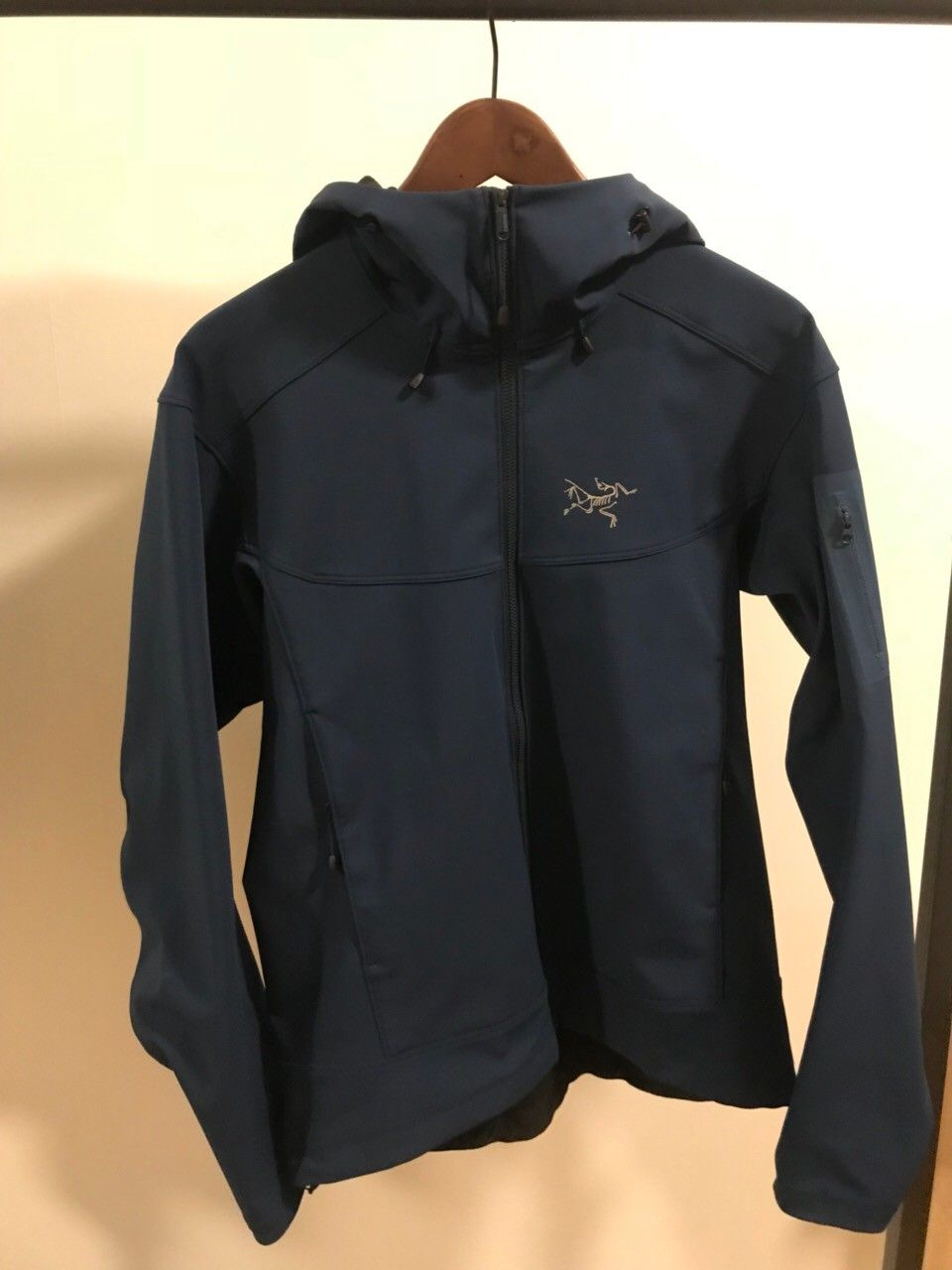 Arc'teryx softshell jacket - Oslo  - Good as new, size Medium, I am selling this softshell jacket from Arc'Teryx with a great fit and neutral colour. Adjustable and warm enough for fall/winter activities such as hiking cycling skiing or just a small walk if not too cold. Has 3 pock - Oslo