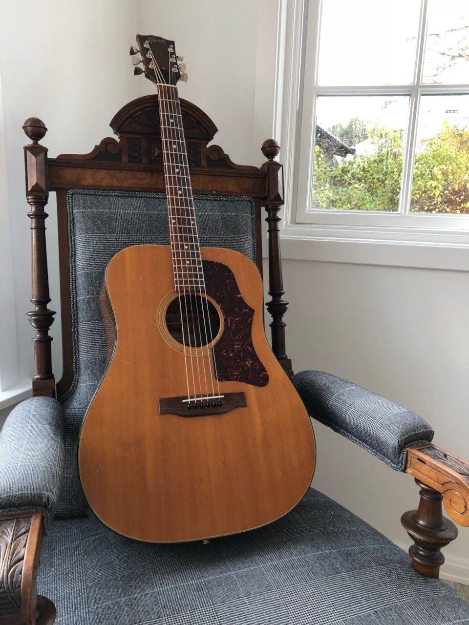 1973 Vintage Gibson J-50 Deluxe - Oslo  -  Gibson J-50 Deluxe helt original fra 1973.   Herlig patina i treverket og spesielt lokket. Særegen klang man bare får i eldre Martin og Gibson.   Ingen skader. Båndene er naturlig nok er slitt men her er en mulighet til å få en h - Oslo