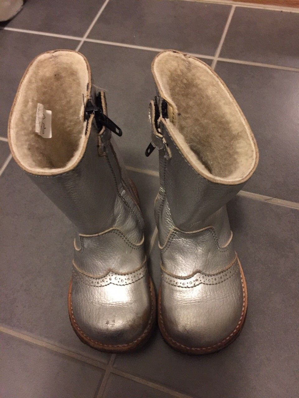 RAP sølvfargede skinnstøvletter str 25 - Bønes  - Lekre sølvfargede skinnstøvletter med for, lite brukt av ett barn. - Bønes