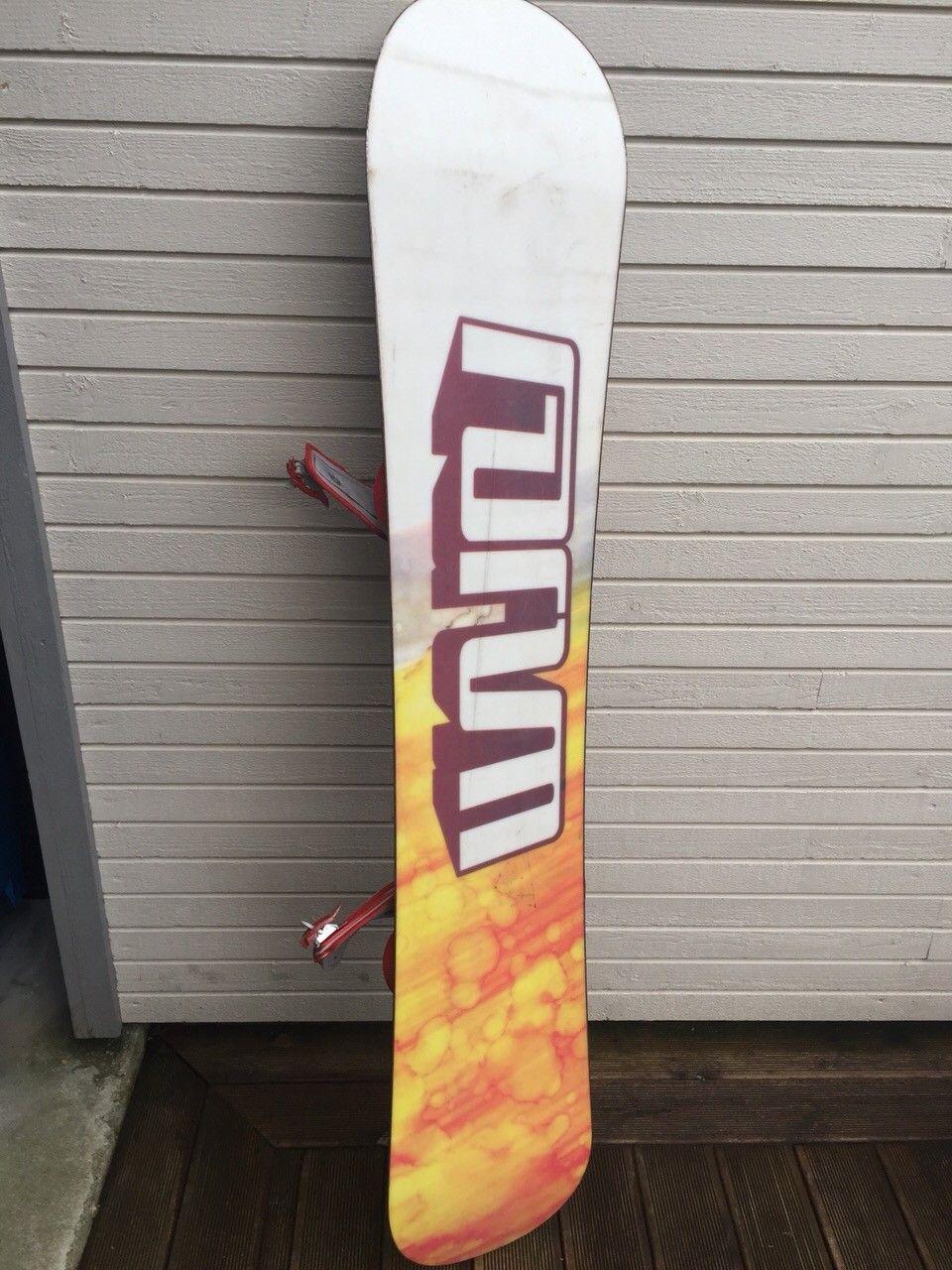 Forum Snowboard - Sandnes  - Forum snowboard 157cm. Brettet er godt brukt og trenger en runde med voksing, men har fremdeles mange gode år igjen.  Den ene tappen som brukes for å stramme en av bindingene er knukket, men den er fremdeles brukbar. - Sandnes