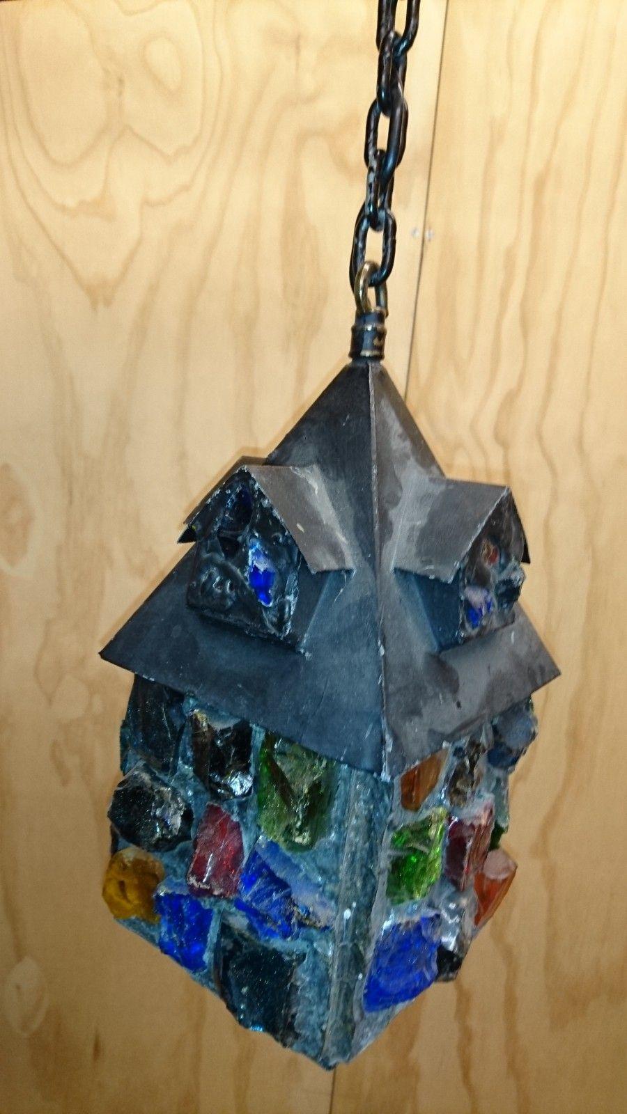 Lampe i jern med fargerike glassdetaljer - Oslo  - Spesiell og og morsom lampe i jern med fargerike glassdetaljer.  Dette er ikke en masseprdusert lampe, kanskje er den til og med unik.  Lampen er ment for bruk på terasse, altan, balkong eller lignende. Lampen - Oslo