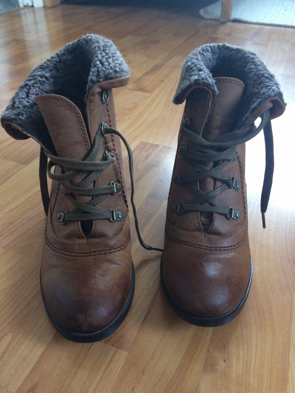 """Chilli boots (str. 41) - Oslo  - Selger pene og nesten ubrukte Chilli støvletter/boots i str 41, brukt kanskje to ganger. Skoene har pene detaljer med hæler og """"saueskinn-imitasjon"""".  Fine til høsten!  Selger fordi jeg ikke har brukt dem. - Oslo"""
