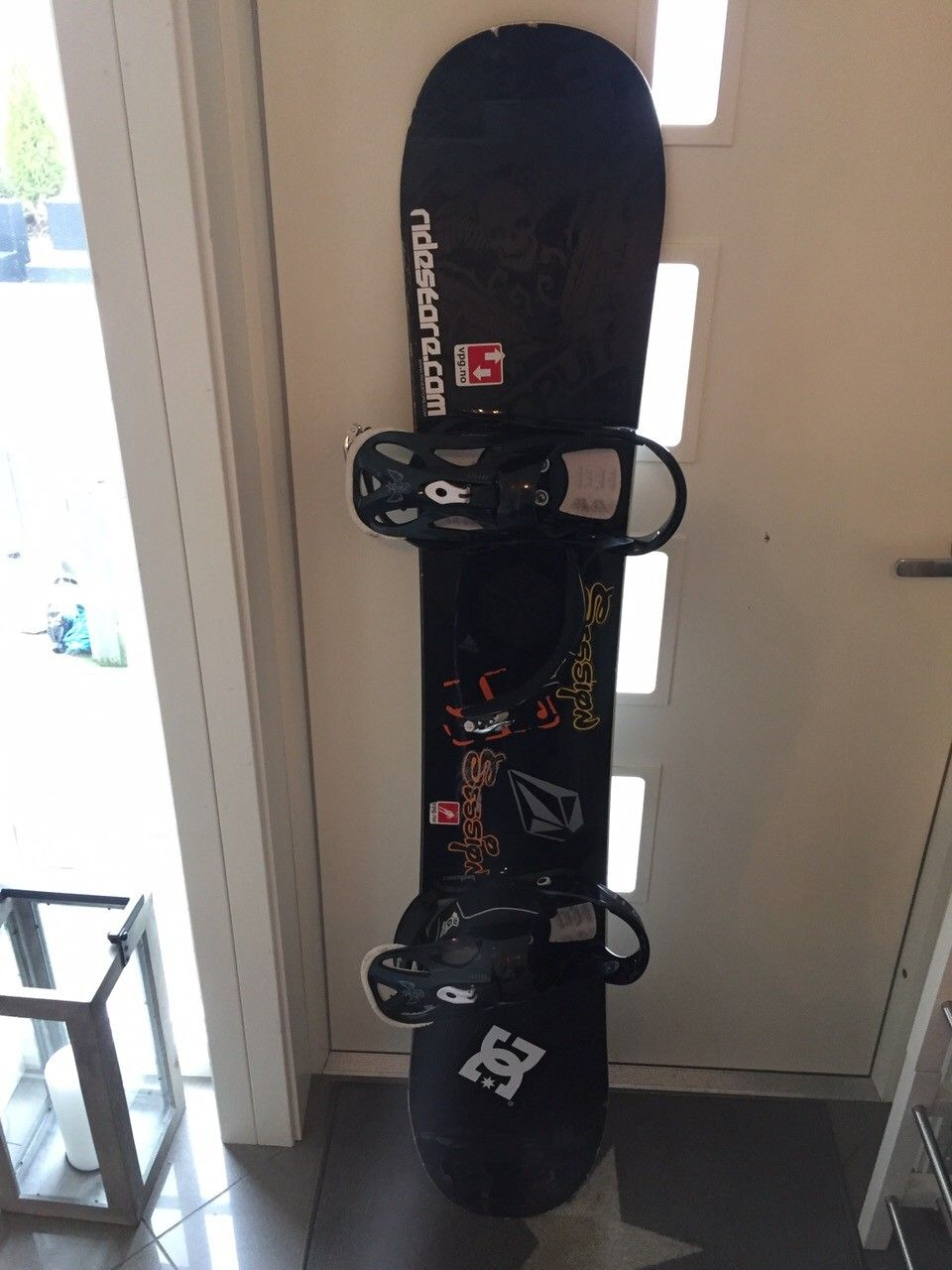Forum destroyer 158cm snowboard - Straume  - Selger brukt forum destroyer snowboard. Godt brukt. Er et par riper under brettet men de er dekket med voks. Dette er et snowboard som hovedsakelig er for park kjøring, men har hatt mange fine turer i pudderet. Skoene som følger med er av mer - Straume