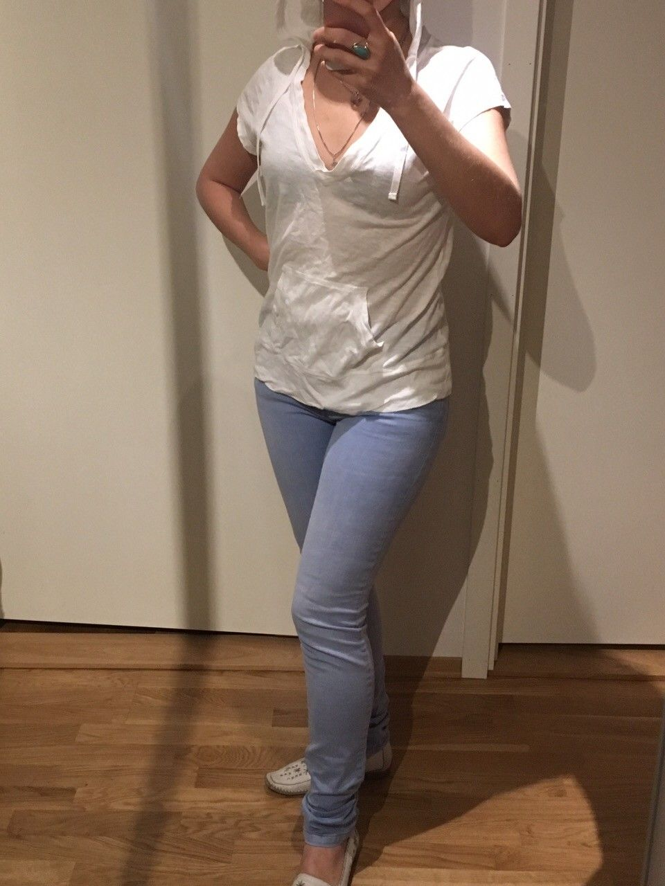 Jeans NOA NOA og topper - Oslo  - Jeans ble brukt kun et par ganger. De er for små til meg. Passer bra til noen med Str 34-36. Jeans og en top 100 kr sammen. Har mange tsjorter og topper til 2 for 100 kr - Oslo