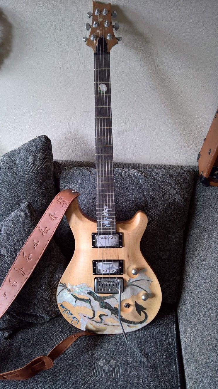Antoni-Dragon Inlay Solid Maple PRS style handmade - Kristiansand S  - Tynner ut horden av gitarer og lar denne perlen av en gitar gå. Kjøpte den på Ebay fra Inlaidartist tidligerei år, har kun testet og intonert den på gutterommet. Den har fantastiske abalone innlegg, flott grover mekanikk og spenstig - Kristiansand S