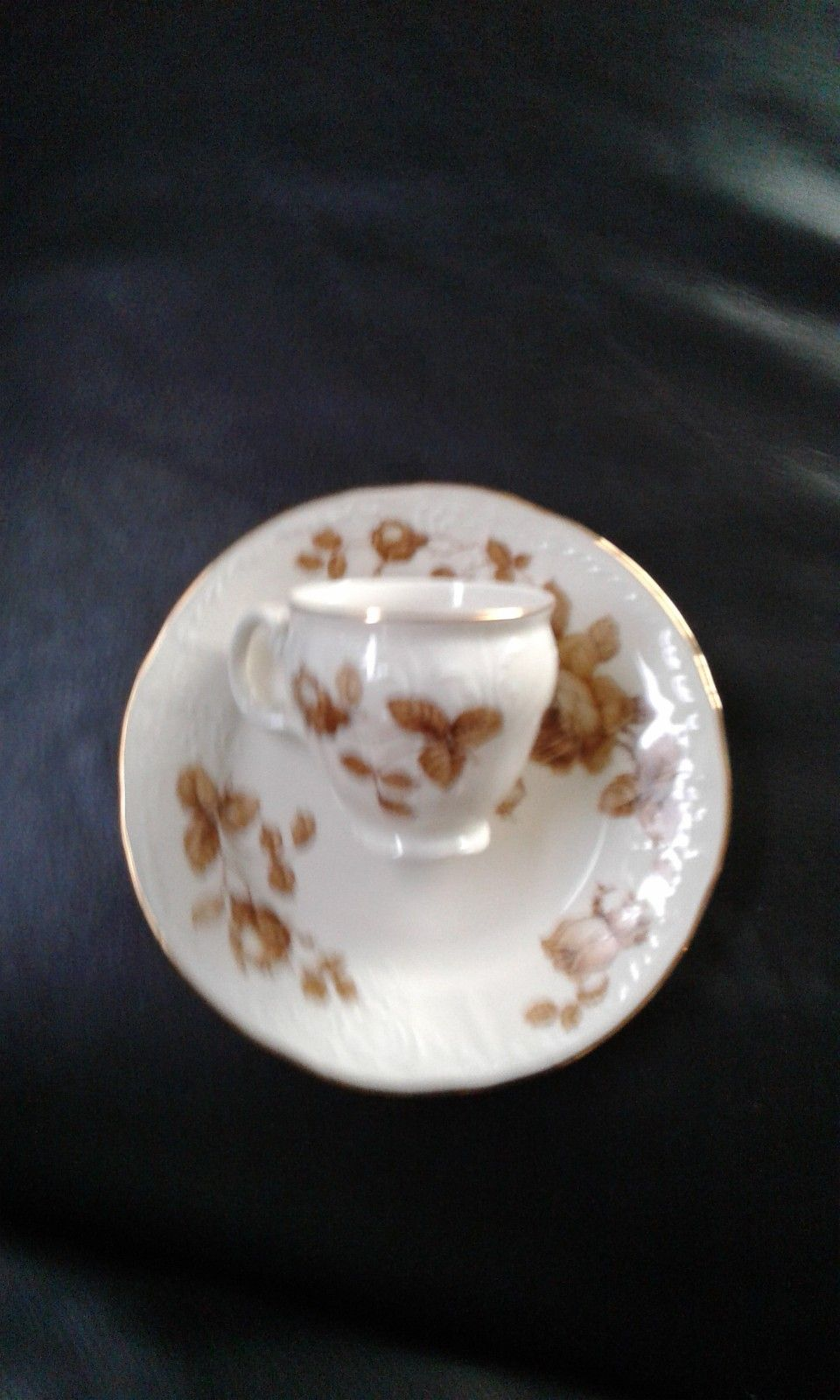 Nydelig kaffesett med gullkant - Hetlevik  - Bernadotte porselen fra tidl. Tjekkoslovakia. Har kaffe sett til 12. og middagssett til 12.  Kr 1000 for begge sett. - Hetlevik