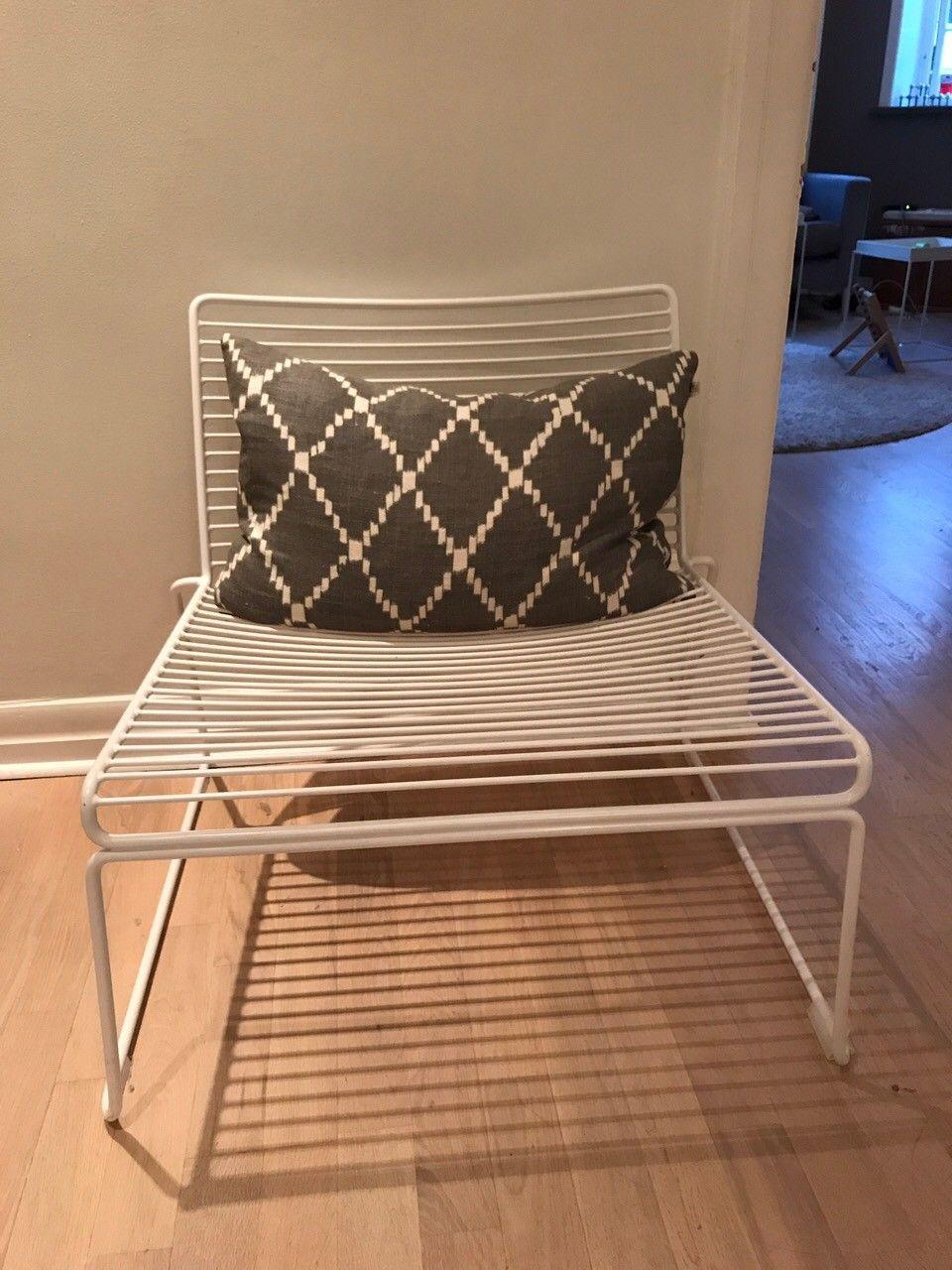 Hay Lounge chair og retro lounge chair til salgs - Oslo  - En hvit Hay Hee lounge chair i god stand og retro stol selges til god pris 1500kr for Hay-stolen, 300kr for retrostolen  - Oslo