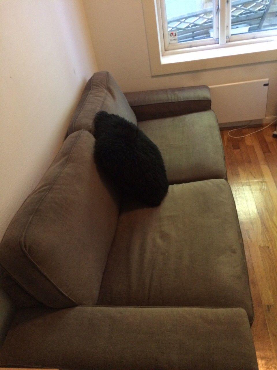 Sofa gis bort - Oslo  - Sofa gis bort mot at den blir hentet. En fin sofa som er god å sitte i som jeg dessverre ikke har plass til. Den er ca 220cm lang og 90 bred. Ønsket hentet så fort som mulig. Første mann til mølla. Henvendelser på mail vil ikke bli besvart. - Oslo