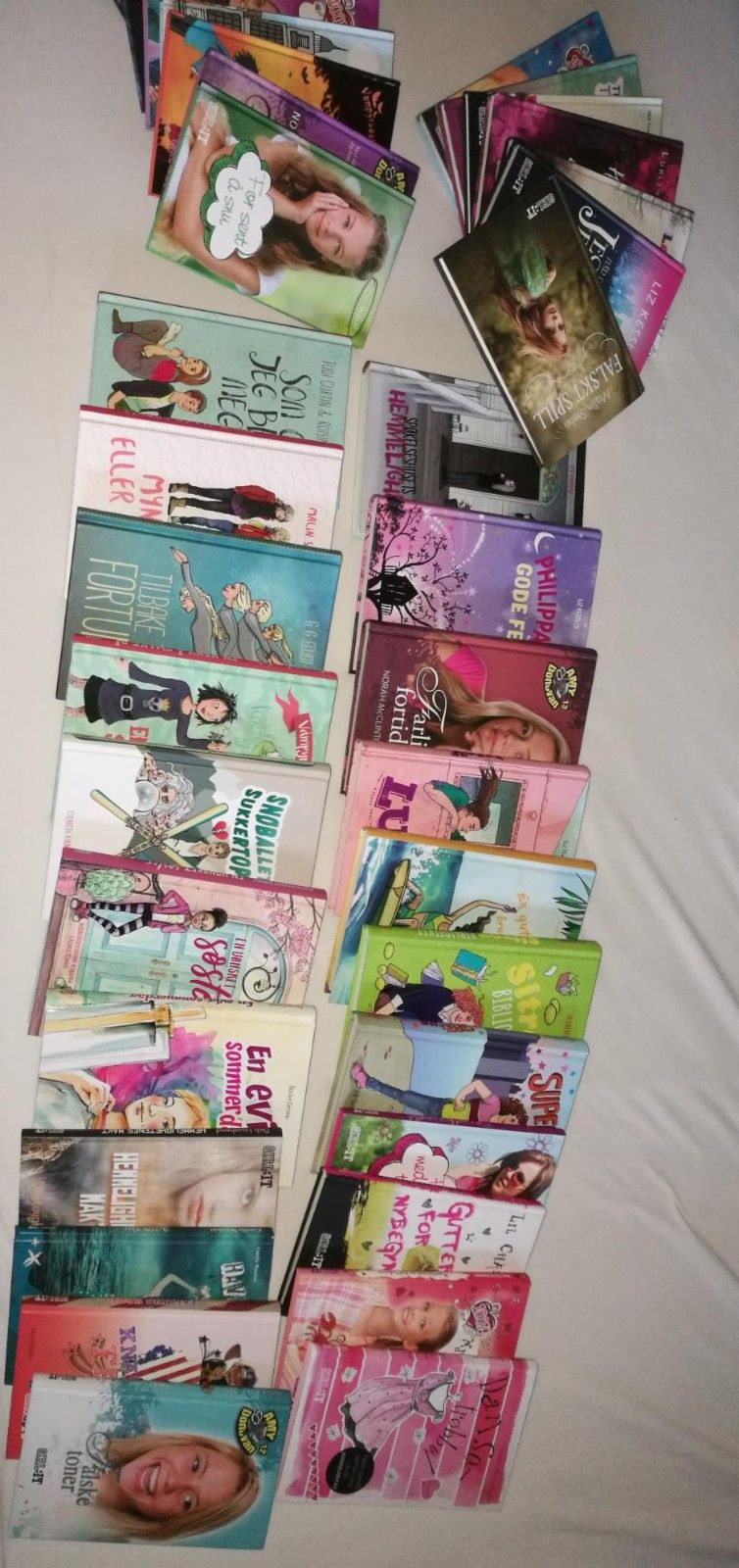 37 bøker, passer jente fra ca 10 år. - Flateby  - 37 bøker, som nye, selges. 300 for alle. Passer for jenter ca 10-13 år. - Flateby