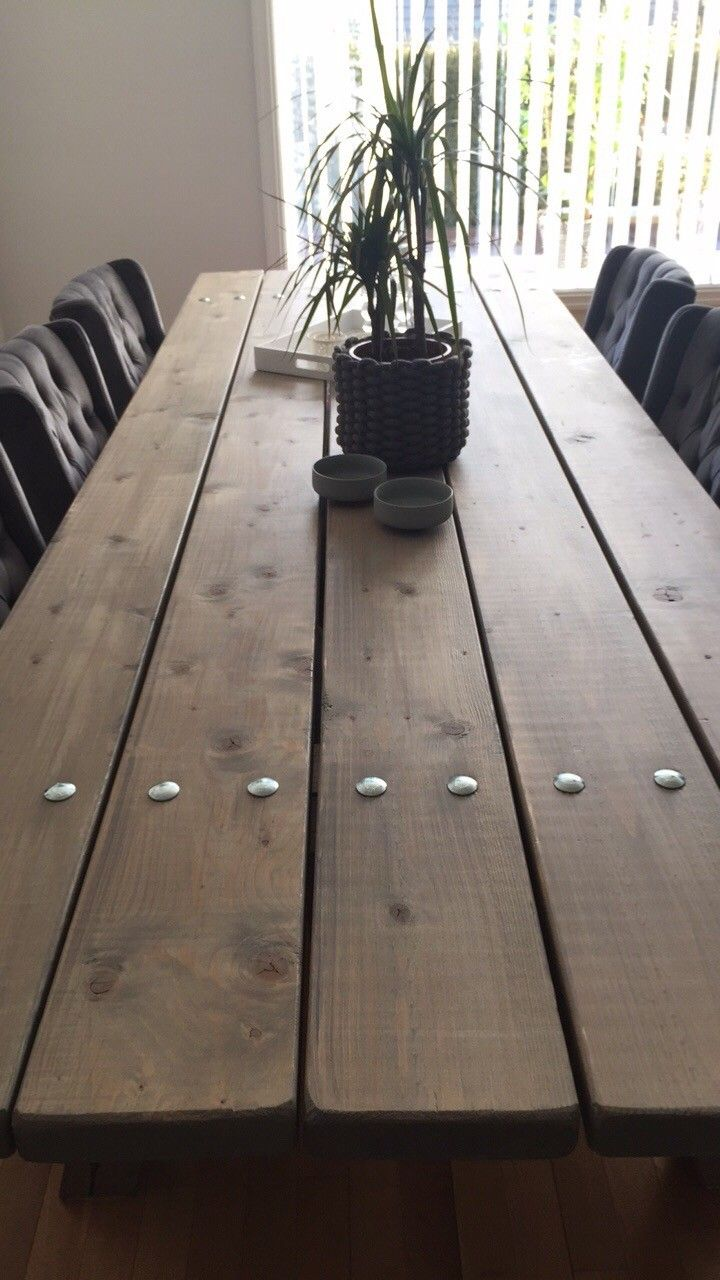 Nydelig, flott og robust spisebord, 3 meter - Tønsberg  - Spisebord: Ubehandlet furu som er beiset og lakkert. Håndlaget.   Beiset i patinagrå, to strøk.  Lakkert med 3 strøk. Matt.   Bredde: 1 meter Lengde: 3 meter Høyde: 72 cm  Det er helt perfekt til å invitere mange  - Tønsberg