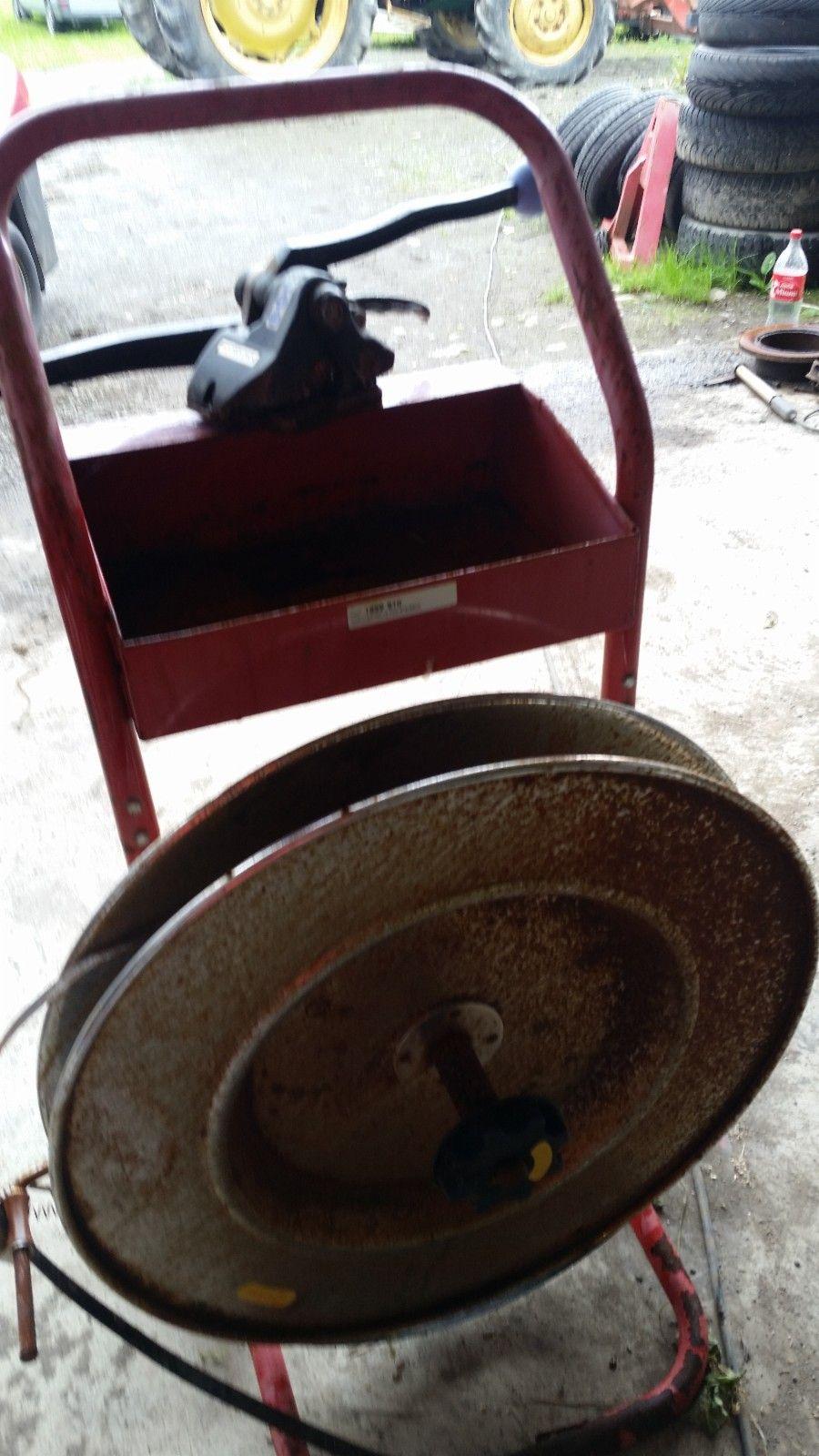 Orgapack stålbånd strammer - Ekne  - Vogn for båndrull med endelig bånd og strammer. Dette koster nå 2990 for vogn på tilbud og 14150 for strammer... - Ekne