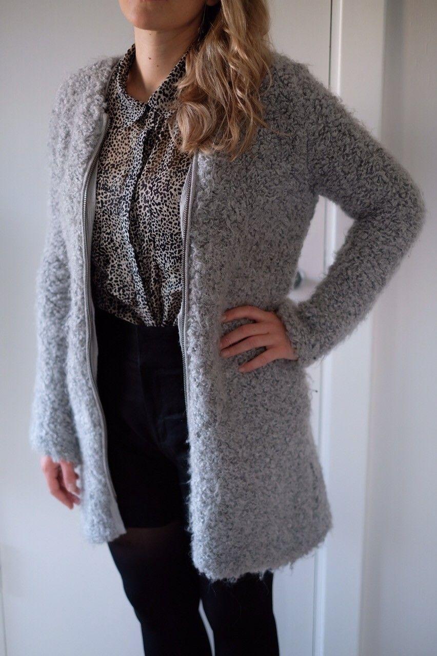 Teddy jakke fra Zara - Oslo  - Deilig og varm jakke fra Zara med glidelås i front. Pent brukt - loer litt på innsiden av ermet og nederst på jakken, men ellers fin. - Oslo