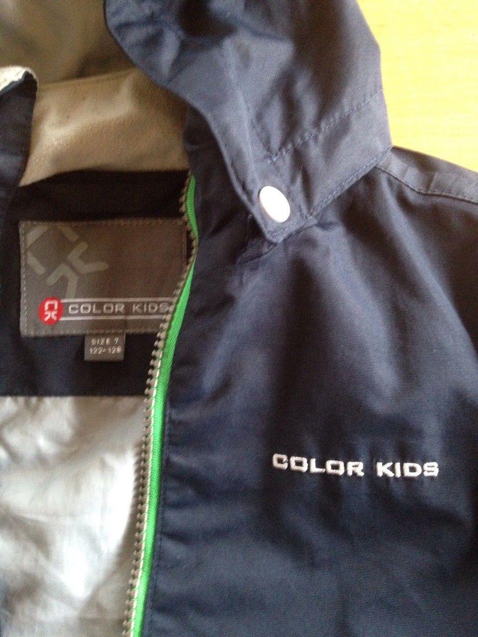 Vindjakke fra color kids - Rykkinn  - Selger en vindjakke fra Color kids i str 7 ( 122-128 ) Jakken har refleks bak og avtagbar hette (lite hull i hetten) - Rykkinn