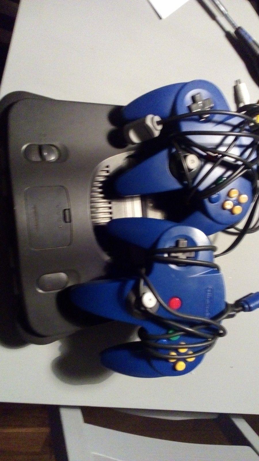 Nintendo 64 konsoll - Råde  - Nintendo 64 med alt av kabler og memory expansion pack selges, følger med to blå kontrollere men disse har ødelagte stikker, kam kjøpes billig på ebay å byttes lett. Maskinen er testet og fungerer. Sender kun mot forskudd og betaling av fr - Råde