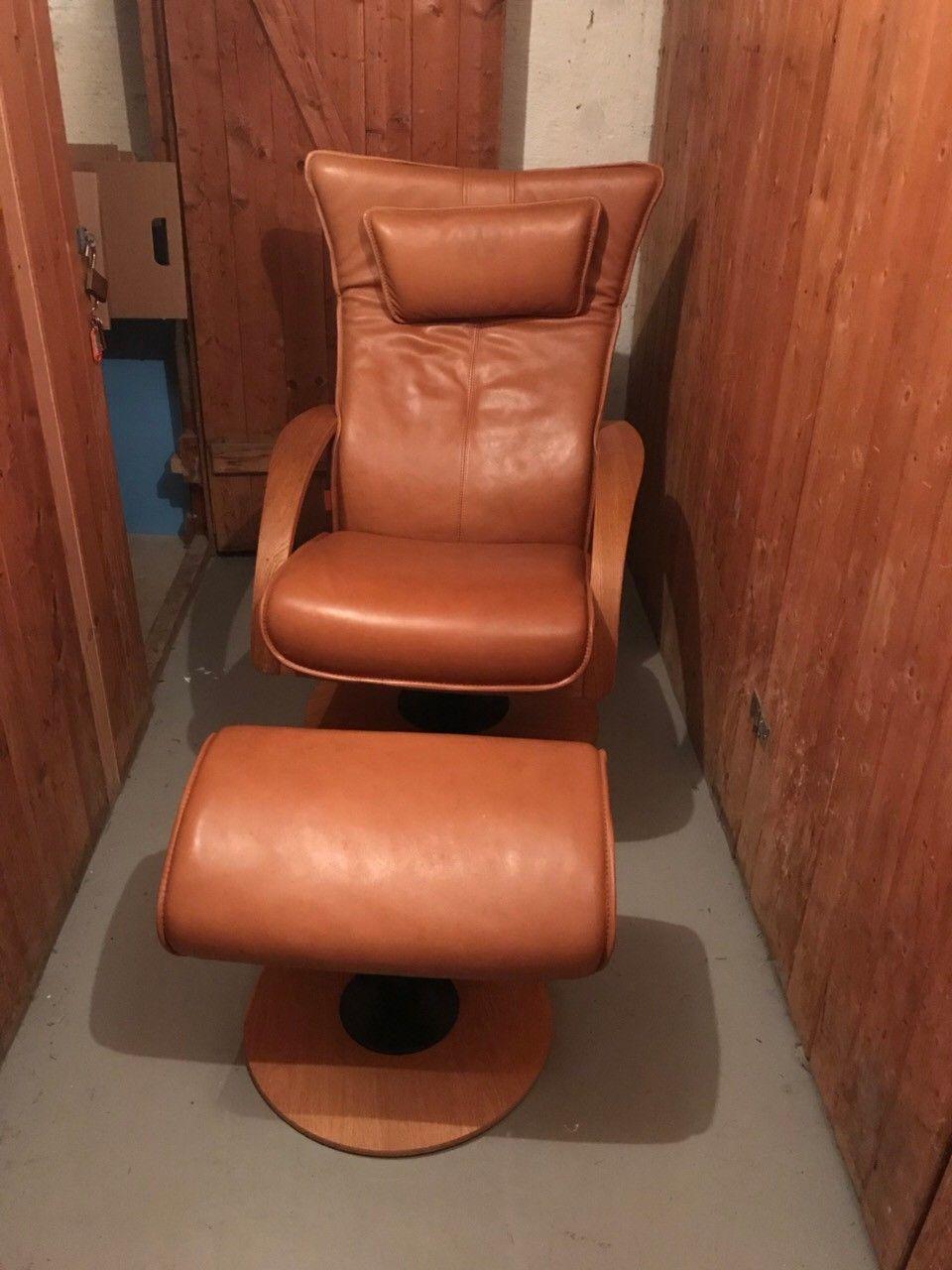 Lenestol Brunstad - Oslo  - Brunstad lenestol i brun skin med krakk. I relativt god stand. En identifisert flekk under stolen, men går vekk med vask. - Oslo