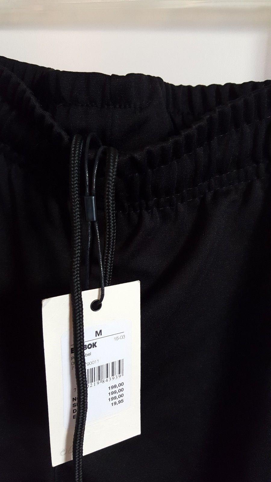 Praktisk fin Sort bukse. Hvite striper på sidene.   FINN.no