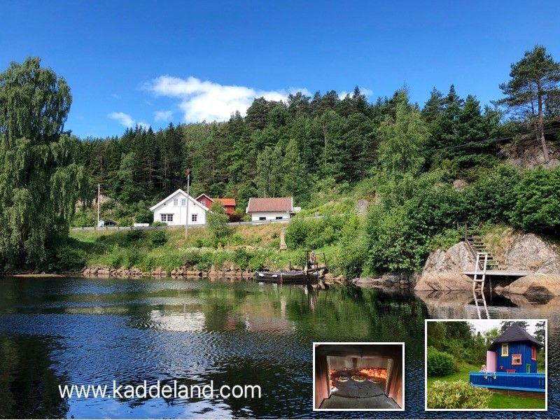 Huset ligger rett ved Mandalselva med egen strandlinje, badetrapp og brygge.