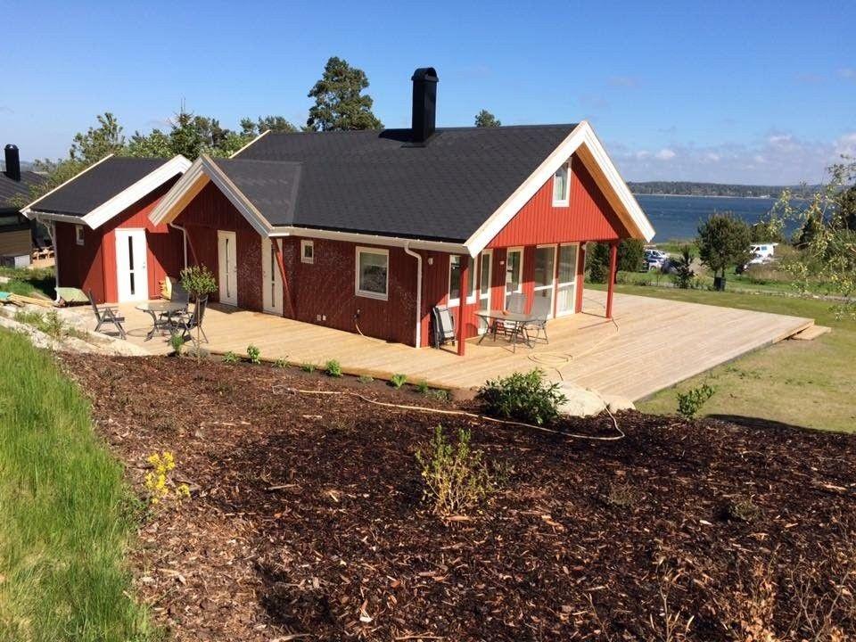 Stor solrik terrasse med fin utsikt til sjøen