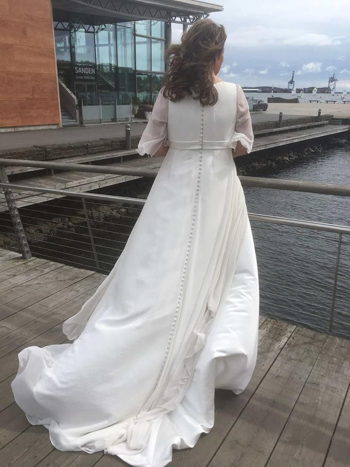 1972b222378f Klassisk brudekjole med hel rygg (ferdig renset)