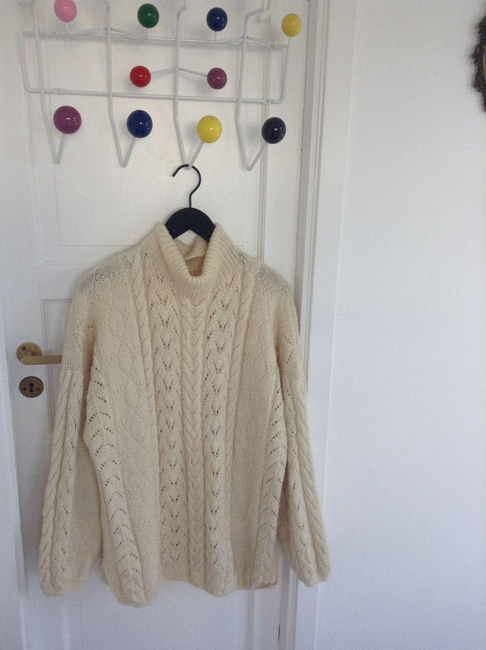 21159807 overzised genser / ev xl med med flettemønster og splitt i siden. Genseren  er brukt noen ganger kr 1500 (1/25)
