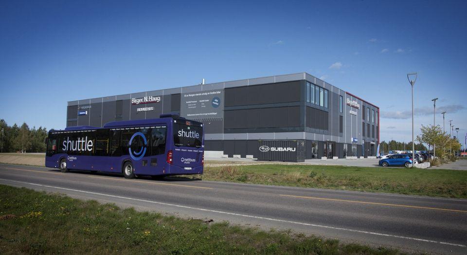 Shuttelbuss tar kun 5 minutter fra Gardermoen flyplass til vårt flotte bilvarehus!