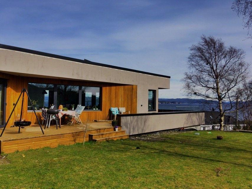 Ny funkisvilla med utsikt og stor terrasse