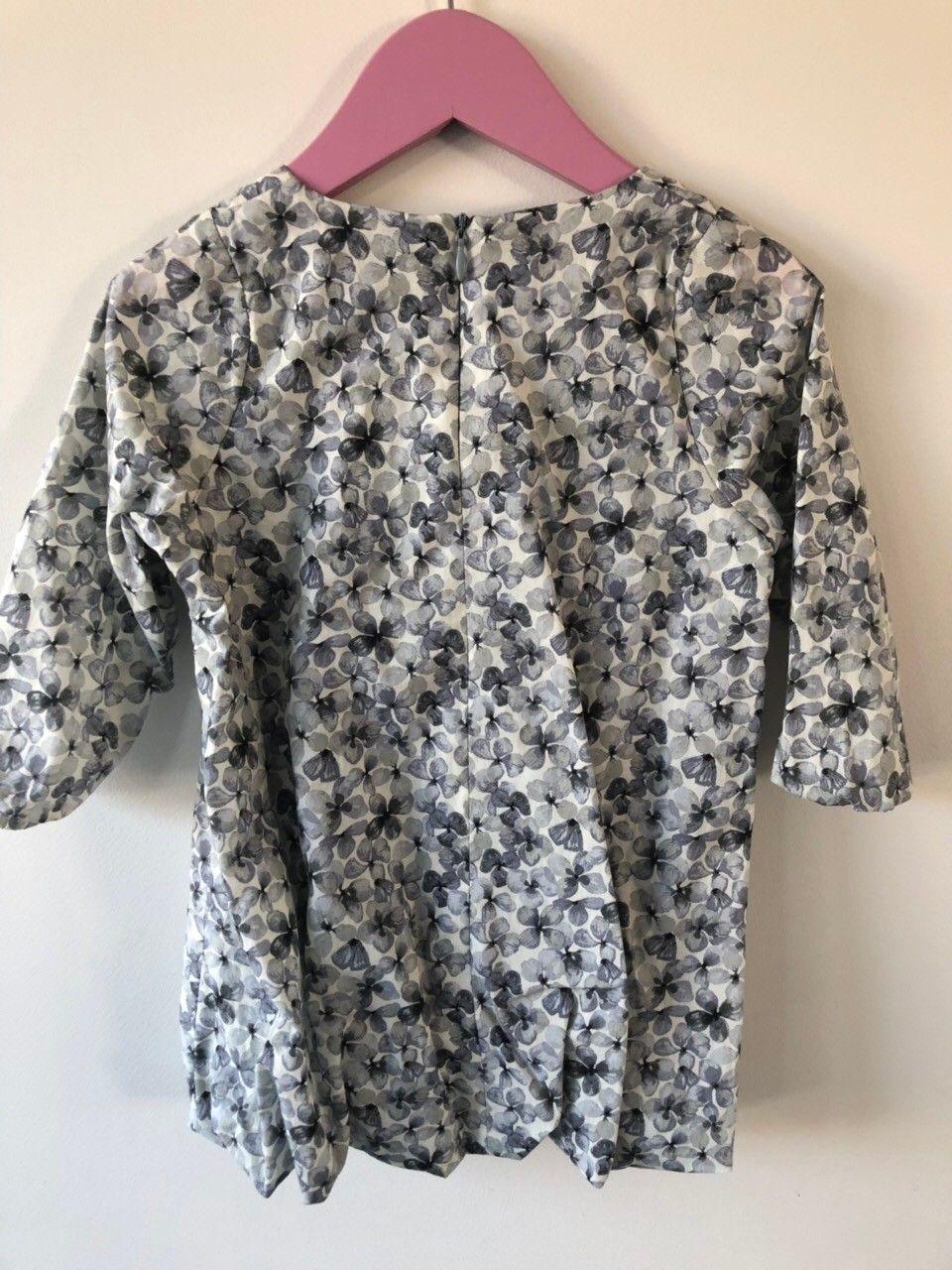 2b460842 Christina Rohde kjole str 2 år. Lekkert blomstrete stoff i fine blågrå  farger. Med grått for. Rynkete nede med strikk. Kr 250 (1/18)